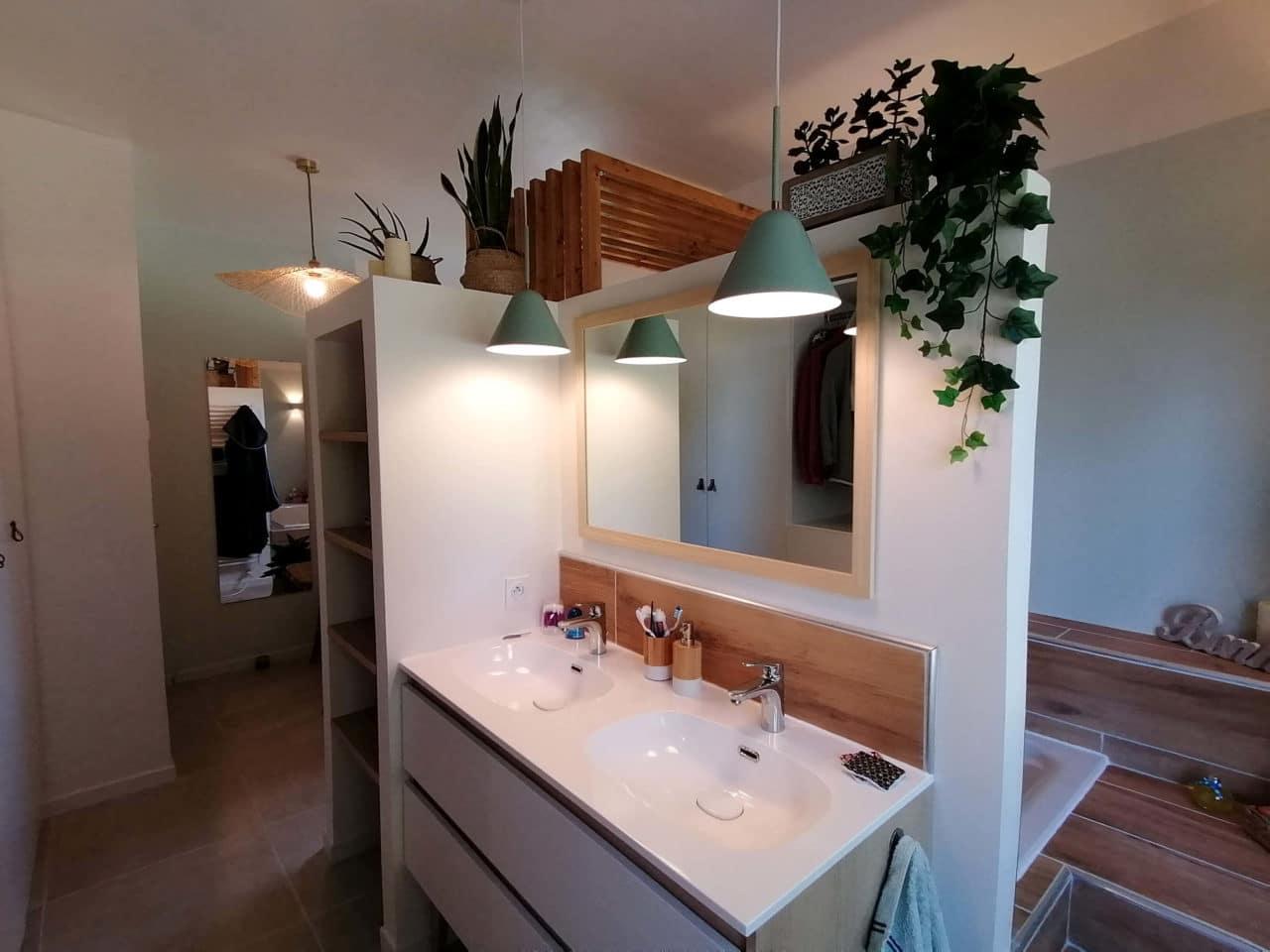 Salle de bains double vasque miroir et suspension